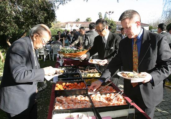 新年を祝い色彩豊かなおせち料理が振る舞われた