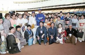 黒田投手を激励し記念撮影に納まる着物姿の参加者ら
