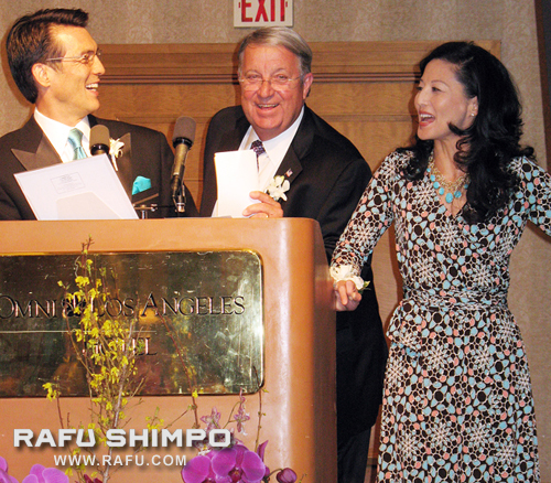 Emcees David Ono and Tamlyn Tomita share a laugh with Supervisor Don Knabe during the silent auction.  Photos by GWEN MURANAKA/Rafu Shimpo