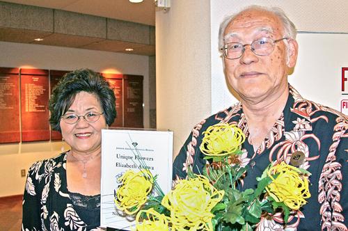 Photo by Jordan Ikeda/Rafu Shimpo: Elizabeth Kiyoko Asawa and her husband, Edward, during her craft workshop at JANM on April 19.