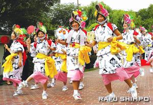 Haneto dancers will follow the floats. (JUN NAGATA/Rafu Shimpo)