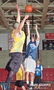 Ryan Lee of Pasadena Bruins Young Guns takes a shot over Shaun Stroud of Walnut JL. (MIKEY HIRANO CULROSS/Rafu Shimpo)