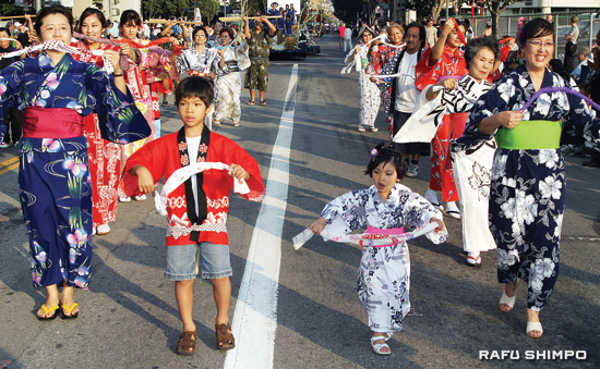 The 2009 Nisei Week will end with the closing ceremony and the street ondo dancing on Sunday, Aug. 23 in Little Tokyo. (Photos by MARIO G. REYES/Rafu Shimpo)