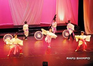 テンポの良いメリハリの利いた華やかな踊りを披露する「舞踊団・正藤」
