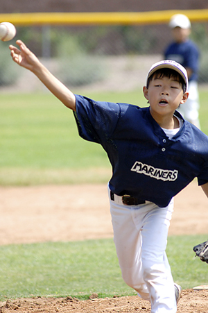 Jonathan Ikemoto of the Sansei Maniers Pee Wee Middle Team, pitches on Saturday.
