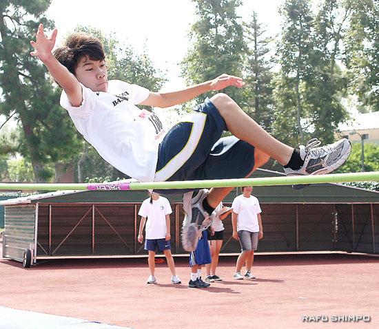 高跳びで2位になったマシュー・オカバヤシ君(13)