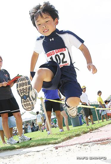 リレイ・ウダガワ君(6)の走り幅跳び