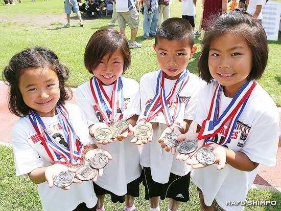 獲得したメダルを見せるちびっ子選手ら