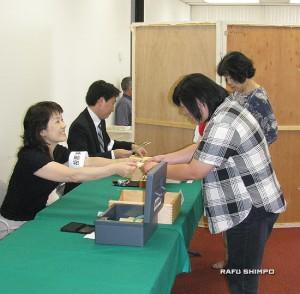 投票する海外在住有権者=19日、小東京日米文化会館2階