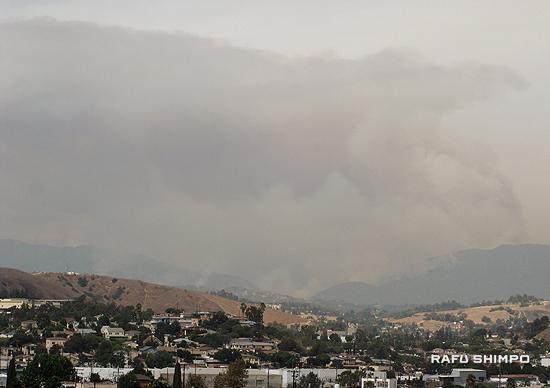 エンジェルス国立森林公園の火災。イーストロサンゼルスのシティーテラスの丘から28日午後1時55分撮影(写真=永田潤)