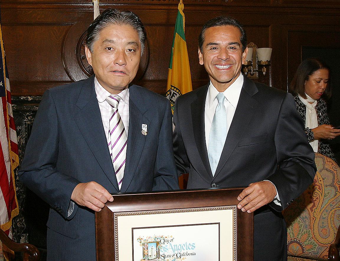 ビヤライゴーサ市長(右)から賞状を授与される河村市長
