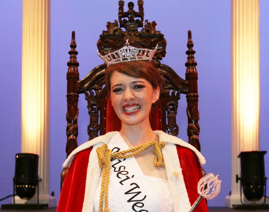 戴冠した新女王のヘザートンさん
