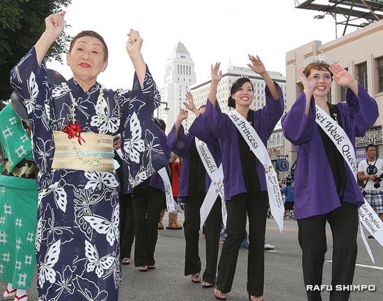 三條勘菊社中(左)と二世週女王とコートが先導してスタートした街頭音頭