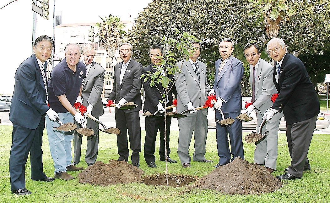 桜の木の植樹式。左端が河村市長、右隣りがラボンジ市議、右端が、ヒダLASCA委員長