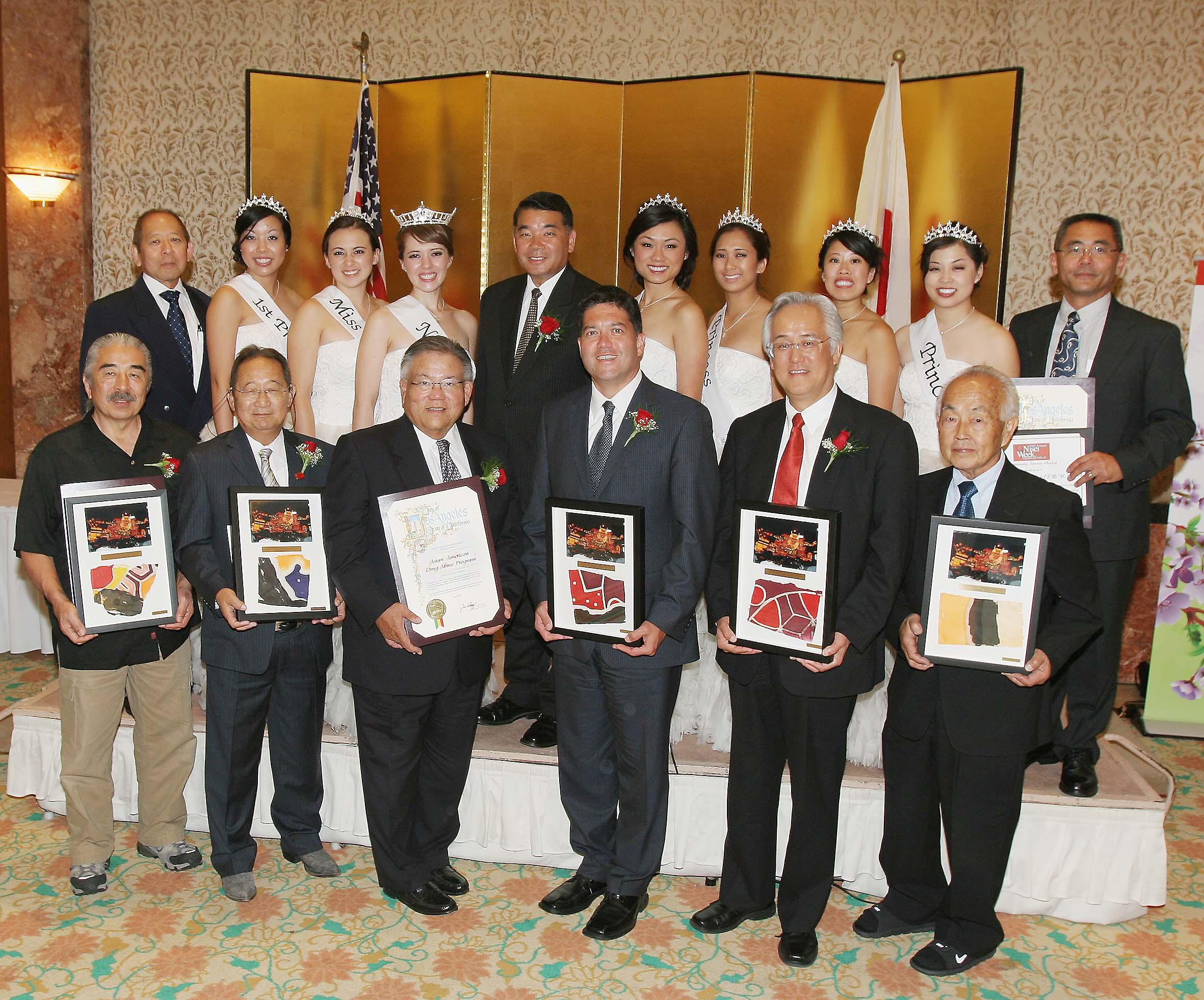 個人、団体の受賞者と二世週女王とコートら。前列右から2人目が田中さん、左隣りがバックリーさん