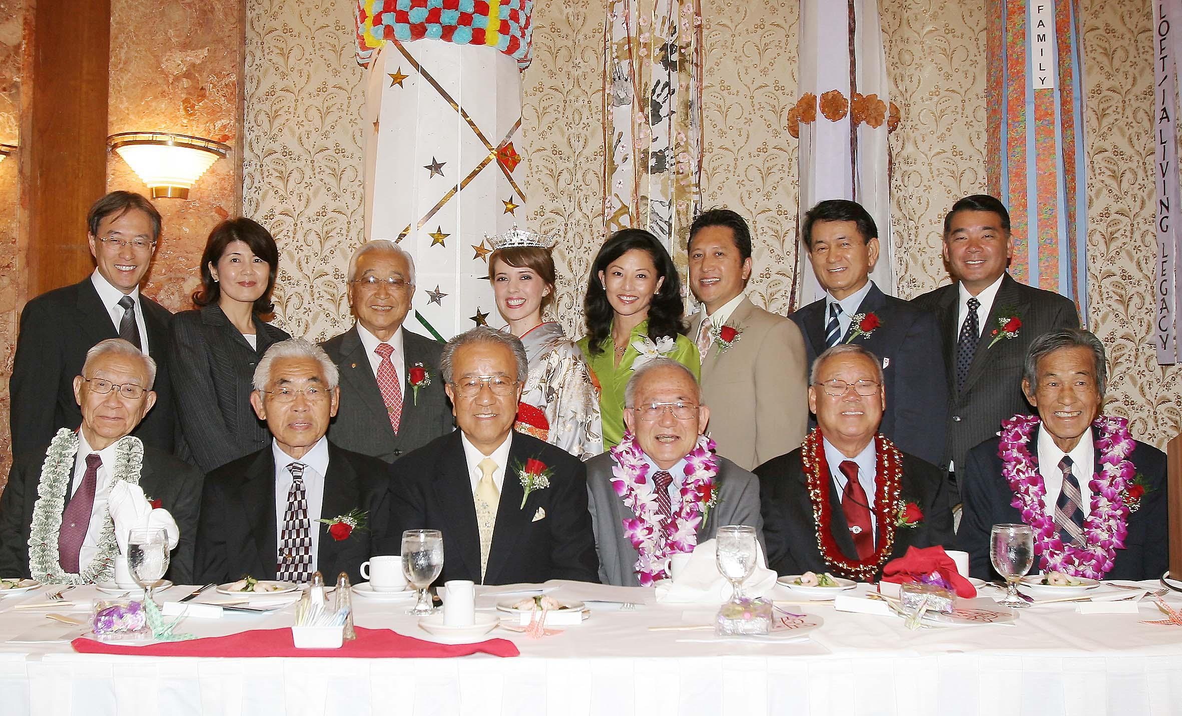 受賞者(前列)と来賓、関係者ら。受賞者は左から、山口さん、シシノさん、中村さん、カワラタニさん、松林さん、大森さん。後列左端が伊原総領事、右端がハラ二世週祭実行委員長