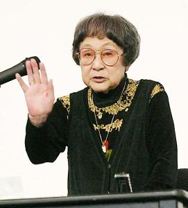 平和講演で生徒たちに優しく語りかける据石さん