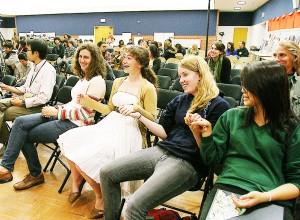 手をつなぎ平和を誓うパリセーズ高校の生徒ら