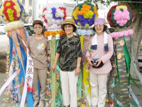 4個を制作した高齢者昼食会の大石克子さん(右)ら