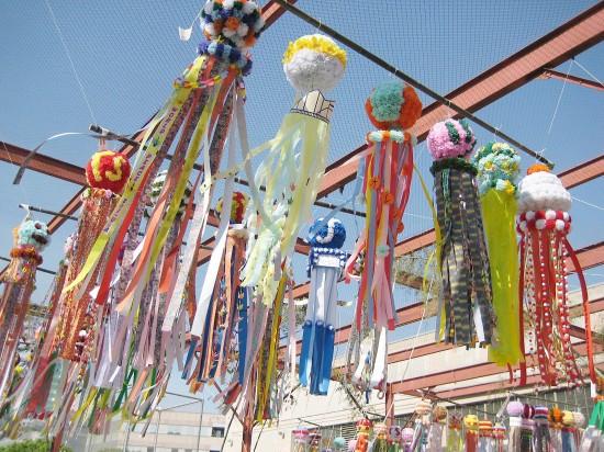 風になびく色とりどりの七夕飾り。七夕まつりは、14日から17日まで開催される