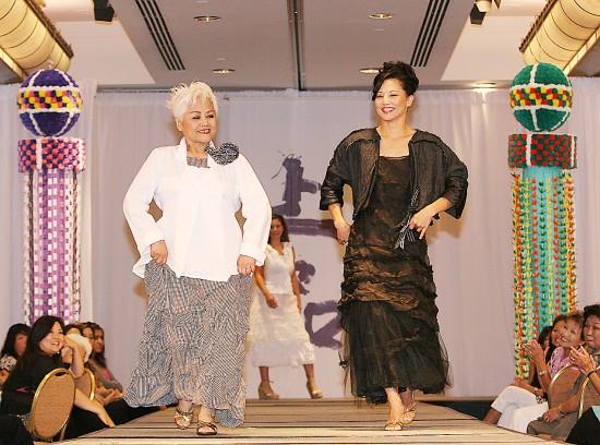 コミカルなウォーキングで会場を大いに沸かせた女優のタムリンさん(右)と母朝子さんのトミタさん母子。ステージ両端には、仙台から贈られた2本の七夕飾りが披露され、イベントに花を添えた
