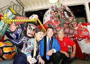 お披露目された3基のねぶた(後方)とハラ二世週祭実行委員長(中央)、奈良佳緒里(左)、岡本雅夫(右)のねぶた実行委員会共同委員長