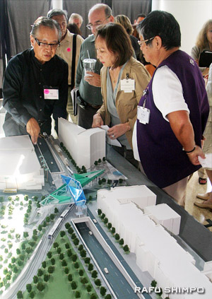 Ted Tanaka shows the 3-D model of the Regional Connector underground alternative around Alameda and First streets at Wednesday's meeting. (Photo by MARIO G. REYES)