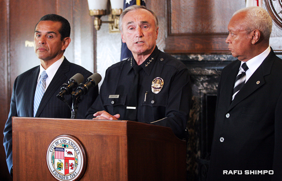 Accompanied by Los Angeles Mayor Antonio Villaraigosa, right, and L.A. Police Commission President John Mack, left, Chief William Bratton announces his decision to leave the LAPD at a press conference on Wednesday. (Photos by MAIO G. REYES/Rafu Shimpo)