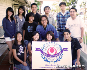 Local participants in the musical include, bottom row, from right, Ai Teshima, Ana Paula Arakaki, Hailie Toyosato, Marcio Arakaki; middle row, from right, Kayne Toyosato, Daiichi Hirata, Bryan Endow and top row, Yoshimi Yoshida, Kyo Yohena, Justin Toyosato, Nicholas Awakuni and Kyle Yamashiro. (Photo by GWEN MURANAKA/Rafu Shimpo)