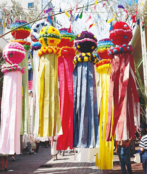 Ten award-winning kazari streamers have been shipped from Japan for the Festival.
