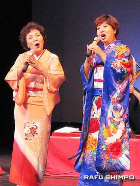 シャンシャン馬道中唄を唄う菅野カツ子さん(左)と小松安子さん