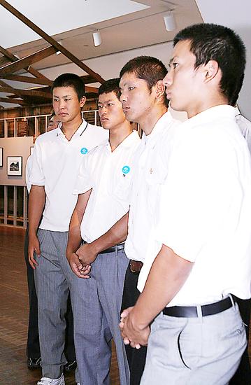 強制収容所の復元されたバラックを見学する選手ら。左から堂林翔太(中京大中京)伊藤直輝(日本文理)新西貴利(都城商)庄司隼人(常葉学園橘)の4投手