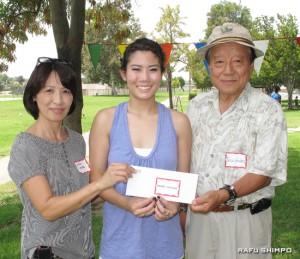 奨学金の授与式。左から選考委員長のジョリーン・セキジマさん、受賞者のヨシダさん、榎会長
