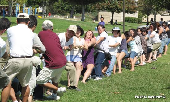 男女対抗の綱引き。女性軍がパワーを見せ、2戦2勝で圧倒した