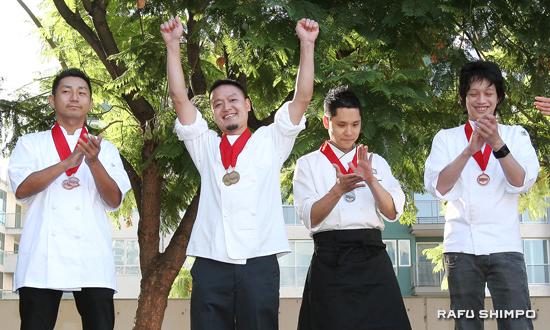 優勝が決まり両手を挙げて喜ぶ中村さん(左から2人目)