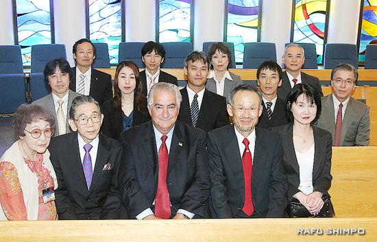 健診に当たる派遣医師団ら。前列左から据石さん、桜井JCHI会長、トーレンス市のフランク・スコット市長、松村団長
