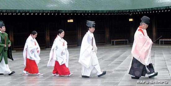 Priests lead a wedding precession through Meiji Shrine in Tokyo. Nearby is the trendy Harajuku and Yoyogi Stadium, site of the 1964 Summer Olympic Games. (Photos by GWEN MURANAKA)