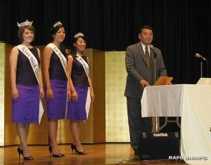 会場に訪れたハラ二世週日本祭実行委員長と、(左から)クイーンのヘザートンさん、ファーストプリンセスのタマルさん、プリンセスのヒロセさん