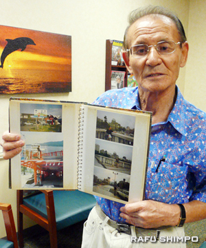 Hiroshima native Mack Baig shows the pictures taken during his last trip to Hiroshima at the hibakusha exam Sunday. (NAO GUNJI/Rafu Shimpo)