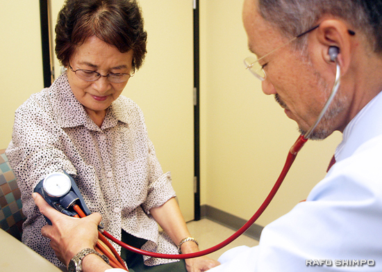 Dr. Makoto Matsumura, of Hiroshima, Japan, checks Reiko Tsuji's blood pressure at the 17th biennial A-Bomb medical examination held last weekend at the Providence Little Company of Mary Medical Institute in Torrance. (MARIO G. REYES/Rafu Shimpo)