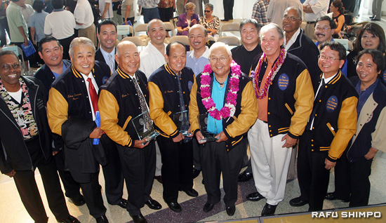 The 2009 Aki Komai Memorial Awards Ceremony and NAU Reunion took place Sunday in Little Tokyo. Above, top row from left, Freeman Beale, Bobby Umemoto, John Nojima, Don Morita, Ray Hamaguchi, Eric Hamamoto, Richard Banton, Mike Miyashima, Florence Ochi. Bottom row, from left, Award recipients Tetsu Tanimoto, David Yanai, Al Morita, Chester Tadakawa, Jesse James, and event MC Chris Komai and Rafu Publisher Michael Komai. (Photos by MARIO G. REYES/Rafu Shimpo)