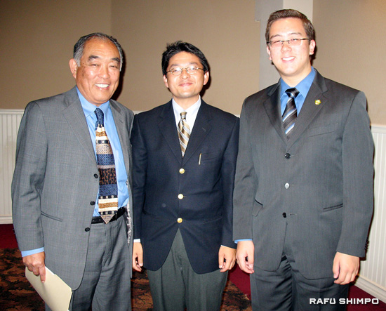 From left, Alan Nakanishi, candidate for the State Board of Equalization, is joined by Roger Minami, president of Japanese American Republicans, and Placentia City Councilmember Jeremy Yamaguchi at a fundraiser for Nakanishi on Sunday in Long Beach. (GWEN MURANAKA/Rafu Shimpo)