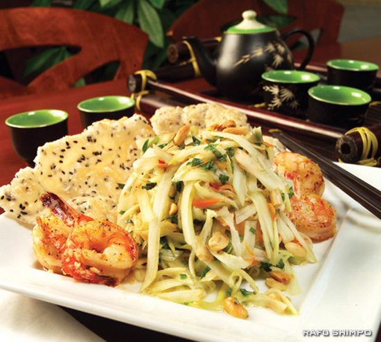 Green papaya and mango salad with grilled shrimp and crackers. (Tommy Miyasaki for Rafu Shimpo)