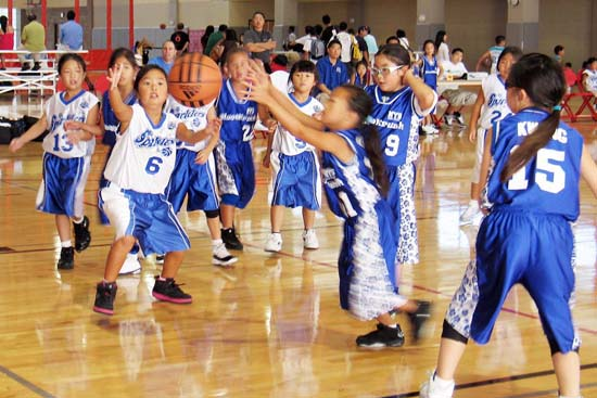 The Norwalk Blue Krush take on the Sparklers in the 2nd Grade Girls-Red Division during the Hollywood Dodgers Las Vegas Invitational Aug. 15-16. Below, FOR Wildcats take on the eventual champion WLA Shooting Angels in the 4th grade girls - Red division. (Photos courtesy of Grace Uyeshima of Hollywood Dodgers)