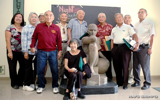"The visiting alumni gathered around Belmont's iconic ""thinking man"" sculpture are, from left: Colleen Miyano, Mihoko Takasugi, Roy Imazu, Terry Takasugi, Steve Ogawa, Eva Kuwata (front), Shoji Tanaka, Bill Shishima, Yosh Arima, Sam Tanaka and Yoneo Tsurudome. (Photos by MICHAEL HIRANO CULROSS/Rafu Shimpo)"