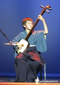 12歳という若さで津軽三味線を披露した熊本県人会のアンソニー・アトキンスさん