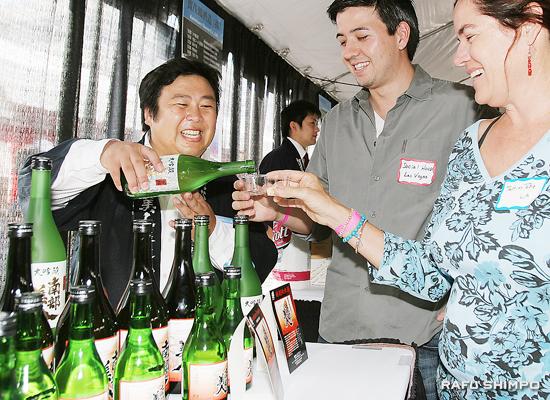 試飲を勧める岩手県二戸市の蔵元「南部美人」の久慈浩さん(左)