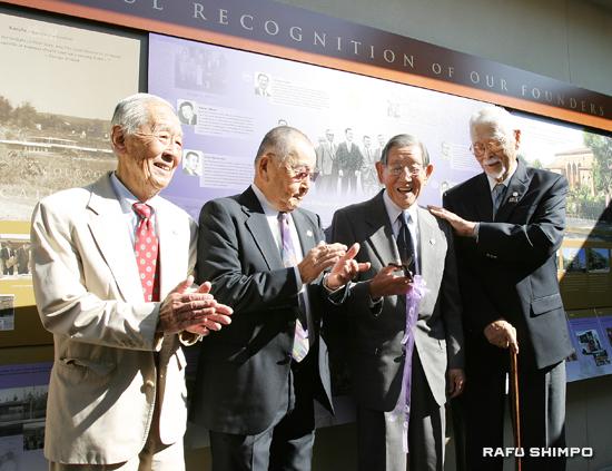 リボンカットし、ファウンダーズ・ウォールの完成を喜ぶ創立者。左からジェームズ・ミツモリさん、キヨシ・マルヤマさん、ジョージ・アラタニさん、フランク・オオマツさん
