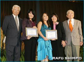 練尾日本文化奨学金の授与式。左から加藤副会長、山崎さん、今野さんと練馬ファミリーの今村ベティさん、練尾正男さん