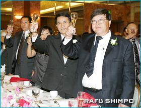 創立60周年を祝い乾杯する半田会頭(右から2人目)ら